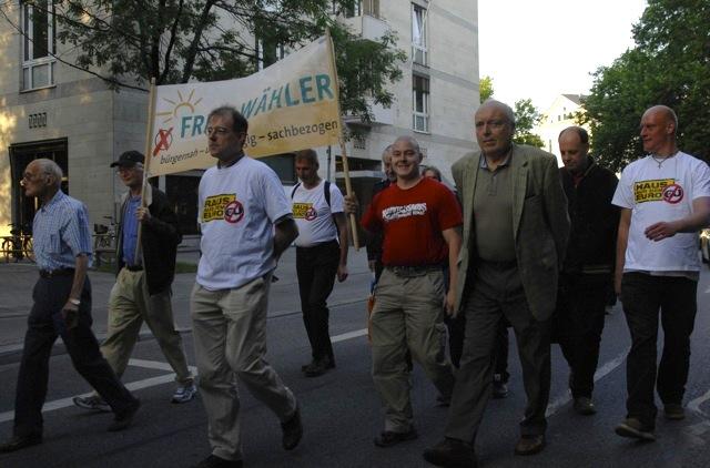 Karl-Heinz Statzberger trägt das Hochtransparent der 'Freien Wähler'. Foto: Robert Andreasch