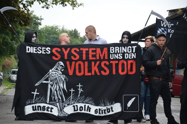 Den Neonazi-Aktivisten Karl-Heinz Statzberger (2. v. l.) und Roy Asmuß (3. v. l.) droht der 'Volkstod'.  Foto: recherche-bayern