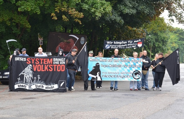 Neonazi-Kundgebung vor dem Bahnhof Eggenfelden: Foto: recherche-bayern