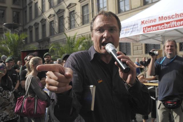 Michael Stürzenberger agitiert in der Fußgängerzone.  Foto: Robert Andreasch
