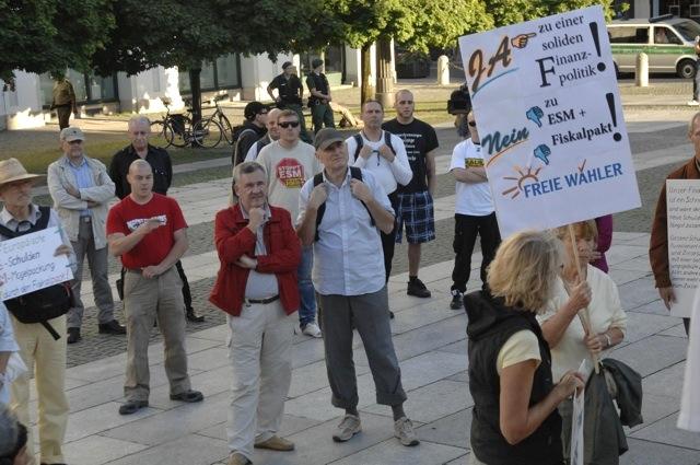 Bei der Auftaktkundgebung zur später abgesagten FW-Demonstration stehen Neonazis in der letzten Reihe. Foto: Robert Andreasch
