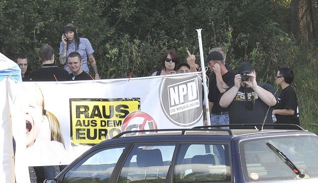 Junge Neonazis und Anti-Antifa-Fotograf Jens Rüttiger (r.).  Foto: Timo Mueller