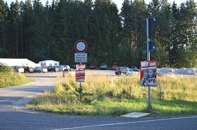 Plakate am NPD-Gelände. Foto: Timo Mueller
