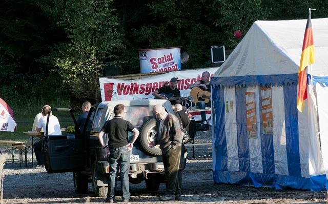 Ralf Ollert (l.) und Herrmann Schwede (r.) im Vordergrund, Neonaziband 'Klampferitis' im Hintergrund.  Foto: Timo Mueller