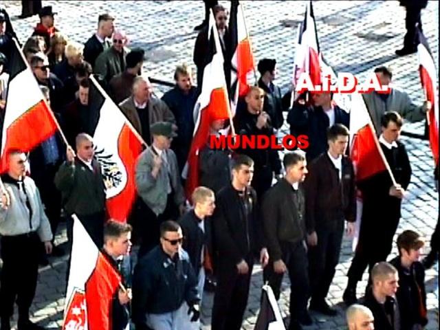 Uwe Mundlos mit Fahne beim Neonaziaufmarsch am 1. März 1997 in München. Screenshot eines a.i.d.a.-Videos. Copyright: a.i.d.a.