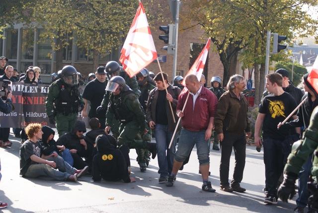 Die Neonazis werden eng um die blockierenden Jugendlichen herumgeführt.  Foto: provinciafranconia.blogsport.de