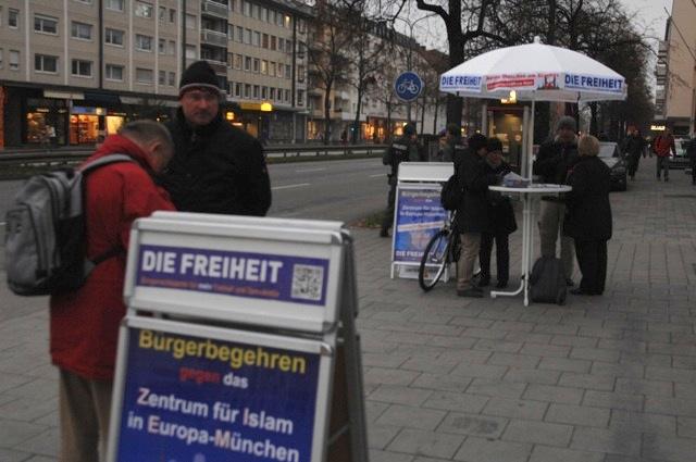 Infostand der DF an der Ecke Fürstenriederstraße/Agnes-Bernauer-Straße. Foto: Robert Andreasch