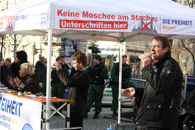 Michael Stürzenberger (rechts) vor dem DF-Stand. Foto: Tim Karlson