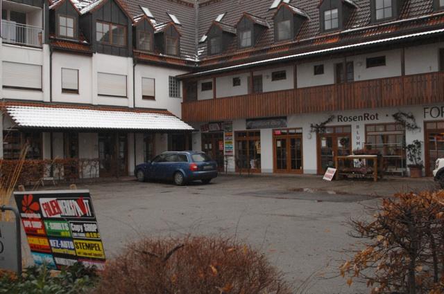 'Thor Steinar' zwischen Gemeindebücherei und Blumenladen - der 'Revolution Store' in Au i. d. Hallertau.  Foto: Robert Andreasch