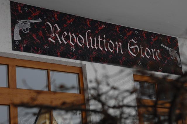 Ladenschild am 'Revolution Store'. Foto: Robert Andreasch