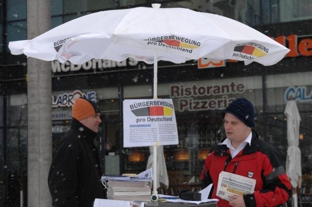 Die angebliche 'Kundgebung' von 'Pro Deutschland' in Riem. Mit den 'Pro'-Funktionären Uwe Görler (l.) und Stefan Werner (r.). Foto: Robert Andreasch
