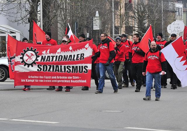 Weitgehend uniformierte Neonazis beim FNS-Aufmarsch in Kitzingen. Foto: recherche-bayern