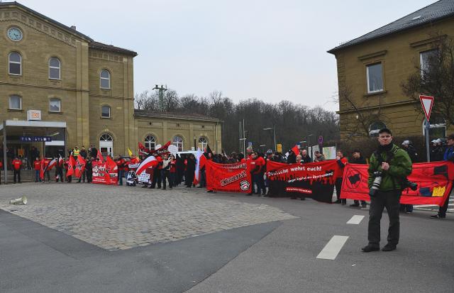 Die Neonazis bei der Abschlusskundgebung auf dem Bahnhofsvorplatz.  Foto: recherche-bayern