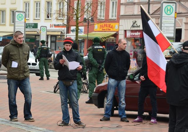 Redner bei der Kundgebung in Freising: Roy Aßmus (l.), Lorenz Maierhofer (m.) und Dominik Hering (r.).  Foto: recherche-bayern