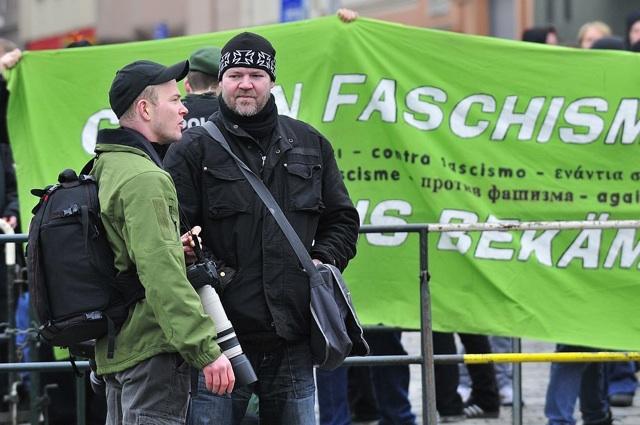 Der Anmelder Norman Kempken (r.) mit dem wichtigen regionalen Kader und langjährigen Anti-Antifa-Fotografen Kai-Andreas Zimmermann (l.).  Foto: recherche-bayern