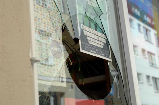 Die eingeschlagene Doppelglasscheibe. Foto: Robert Andreasch