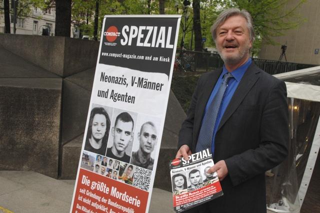 Jürgen Elsässer konnte sich längere Zeit ungestört vor dem Gerichtseingang in Szene setzen.  Foto: Robert Andreasch