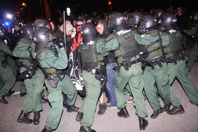 Neonazis versuchen, mit Gewalt durch die Polizeiketten durchzubrechen.  Foto: oh