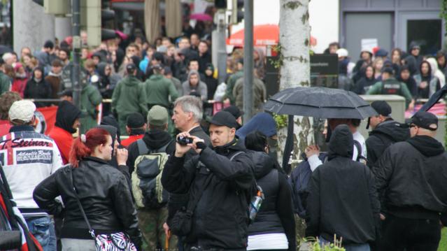 Neonazis filmen und fotografieren von ihrer Kundgebung aus die Nazigegner_innen. Foto: Christopher Boischler