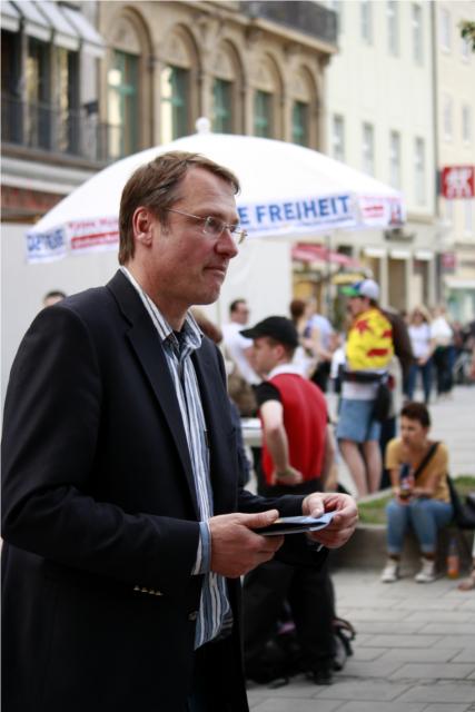 Michael Stürzenberger verteilt Flugblätter. Foto: Tim Karlson