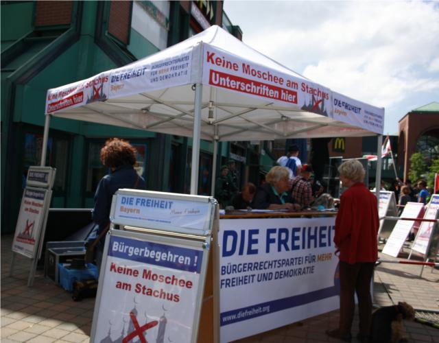Werbung für ein antimuslimisches Bürgerbegehren beim DF-Stand. Foto: Tim Karlson