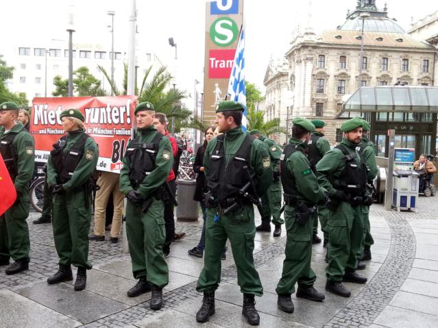 Die Neonazis werden von der Polizei von der restlichen Kundgebung abgetrennt. Foto: a.i.d.a.