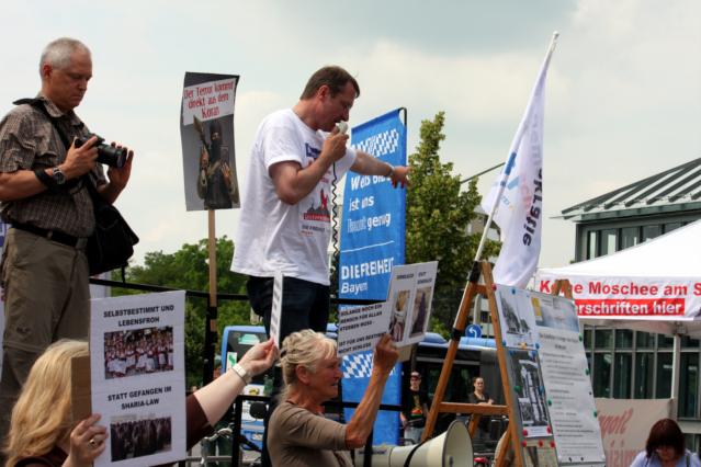 Auf dem Podest: Roland Heinrich (li.) und Michael Stürzenberger (re.). Foto: Tim Karlson