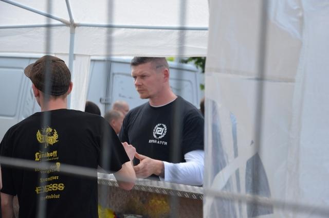 Matthias Fischer mit T-Shirt der faschistischen 'Chrysi Avgi'.  Foto: recherche-bayern