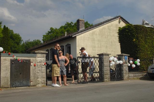 Die Einfahrt zu dem von den Neonazis so bezeichneten 'Braunen Haus'.  Foto: Robert Andreasch