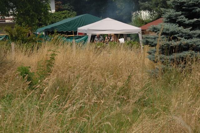 Der Spanferkelgrill raucht. Fest im Garten der Neonazi-Immobilie in München-Obermenzing.  Foto: Robert Andreasch