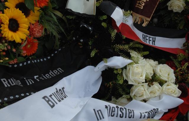 'Hammerskin'-Kranzschlaufe in Schwarz-Weiß-Rot auf dem Grab. Foto: Robert Andreasch
