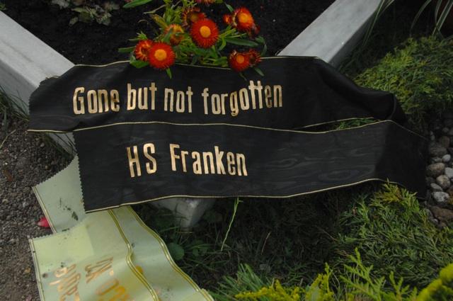 'Hammerskin Franken'-Kranzschleife auf dem Grab.  Foto: Robert Andreasch