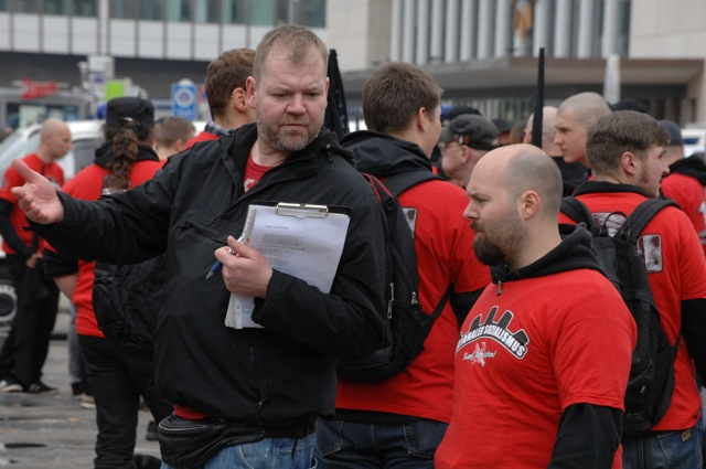 'Europa Erwacht'- Anmelder Norman Kempken (l.) und der unterfränkische FNS-Aktivist Matthias Bauerfeind (r.) beim Neonazi-Aufmarsch am 1. Mai 2013 in Würzburg.  Foto: Robert Andreasch