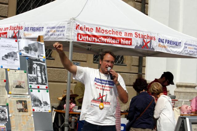 Stürzenberger redet. Foto: Tim Karlson