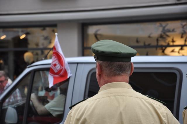 Abfahrt der NPD-ler mit ihrem Kleinbus. Foto: a.i.d.a.