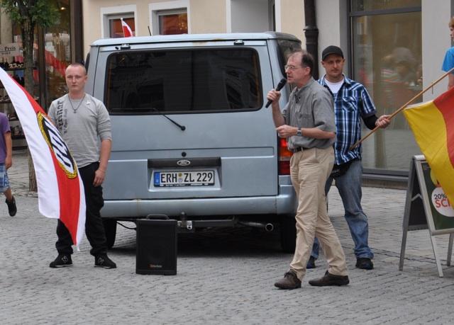 Karl Richter spricht bei der kleinen NPD-Kundgebung.  Foto: a.i.d.a.