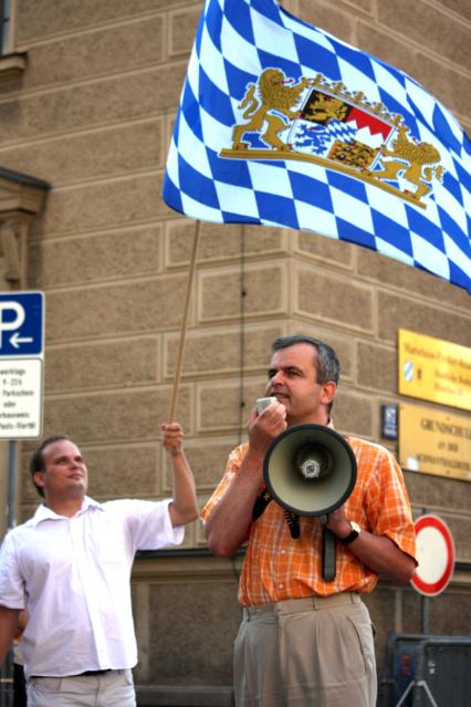 Uwe Görler am Megaphon. Foto: Tim Karlson