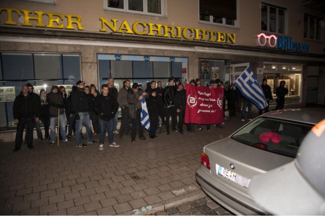 Knapp 30 Neonazis auf der Kundgebung. Foto: Timo Müller