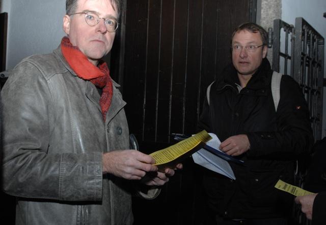 Karl Richter (l.) und Michael Stürzenberger (r.) verteilen vor dem Eingang des Alten Rathauses ihre Flugblätter. Foto: Robert Andreasch