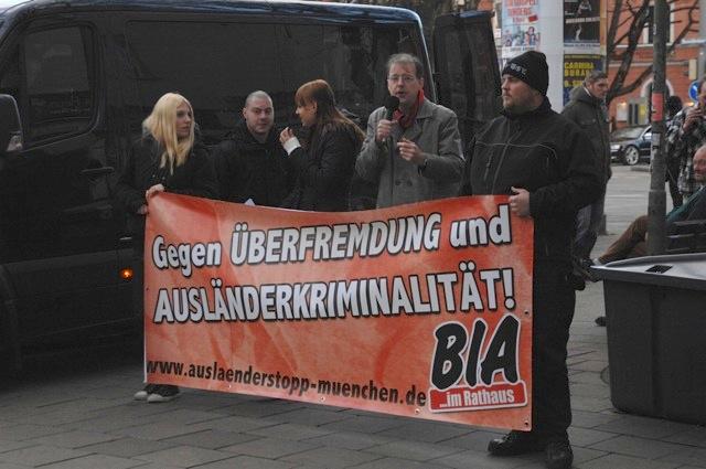 Neonazis hinter dem BIA-Transparent.  Foto: Robert Andreasch