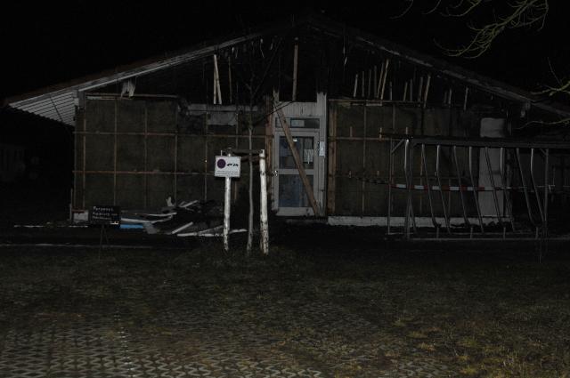Die Asylsuchendenunterkunft in der Nacht nach dem Brandanschlag. Foto: a.i.d.a.