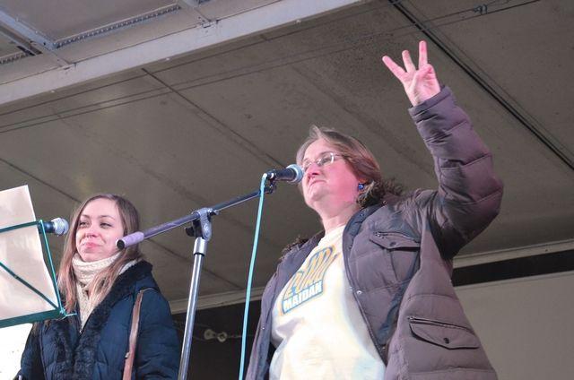 Gegrüßt wird mit drei Fingern - dem Parteisymbol der nazistischen 'Swoboda'.  Foto: a.i.d.a.