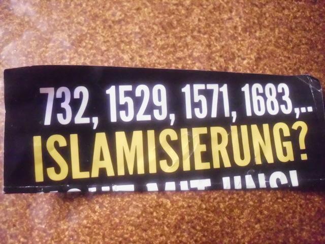 Aufkleber der 'Identitären Bewegung' in Weissenburg. Die Jahreszahlen nehmen Bezug auf vier kriegerische Auseinandersetzungen zwischen christlichen und islamischen Heeren. Foto: www.wug-gegen-rechts.de