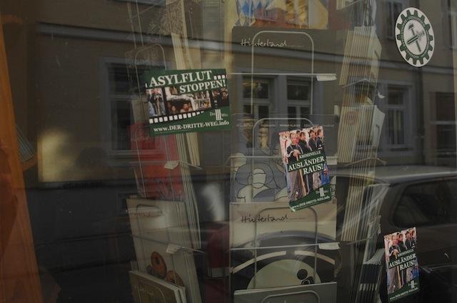 Neonazis haben an die Fensterscheiben des bfr-Büros Aufkleber der neonazistischen Partei 'Der dritte Weg' geklebt. Foto: Robert Andreasch