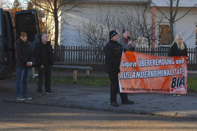 Benjamin H. (vorne am Transparent) neben Karl Richter. München-Allach, Dezember 2013. Foto: Robert Andreasch