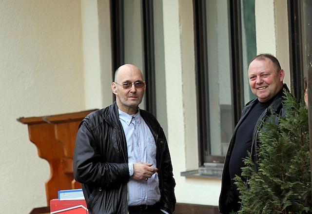 Die NPD-Funktionäre Detlef Wacker (l.) und Alfred Steinleitner (r.) vor dem Lokal beim 'politischen Aschermittwoch' der NPD.  Foto: Jan Nowak