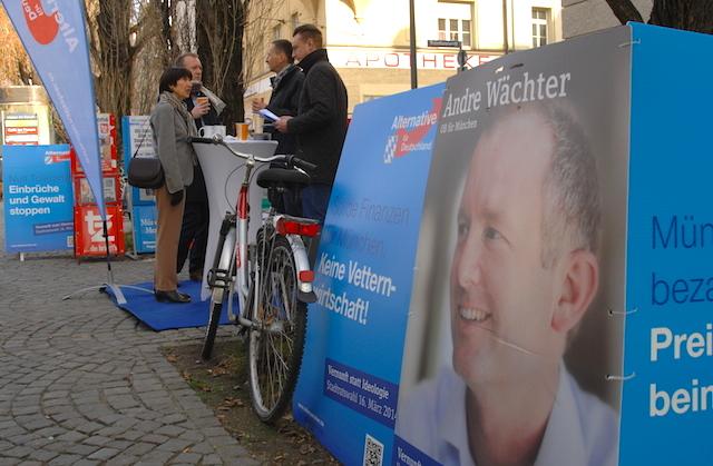 Infostand der AfD mit dem stellvertretenden Bundesvorsitzenden der 'Jungen Alternative' Benjamin Nolte (r.). Foto: Robert Andreasch