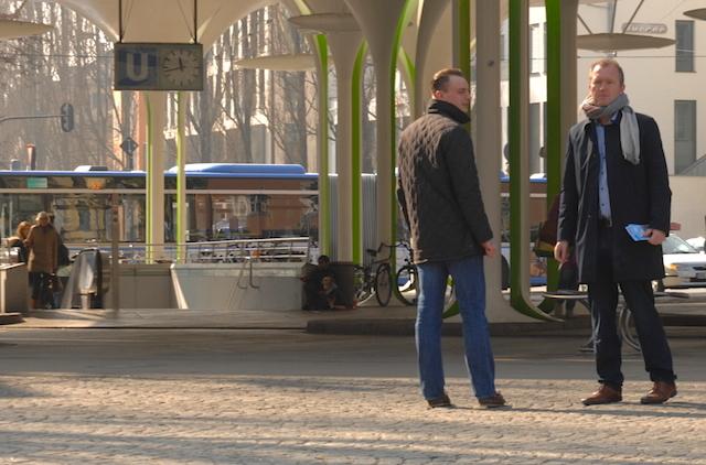Benjamin Nolte (l.) und der AfD-Landesvorsitzende André Wächter (r.) beim Flyerverteilen an der Münchner Freiheit.  Foto: Robert Andreasch