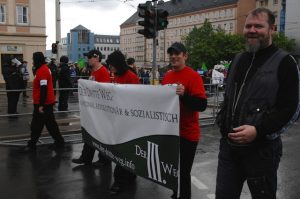 Norman Kempken (r.) neben einem Transparent der neuen Neonazipartei 'Der III. Weg'. Foto: Robert Andreasch