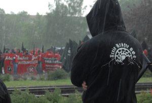 Im Hagelschauer während der Zwischenkundgebung: Neonazi mit dem Logo der 'Freien Kräfte Berchtesgadener Land auf dem Kapuzensweatshirt'. Foto: Robert Andreasch